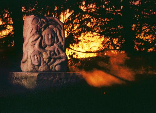 Adam og Eva, slangen, livets træ og Guds øje - i Paradisets Have (marmor). Solnedgang