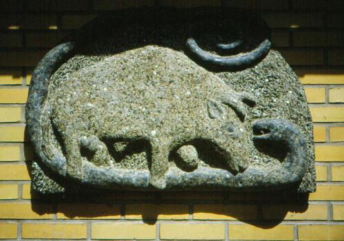 Orm og tyr, hedensk sagn. Kampen mellem hedenskab (ormen) og kristendom (tyren)
