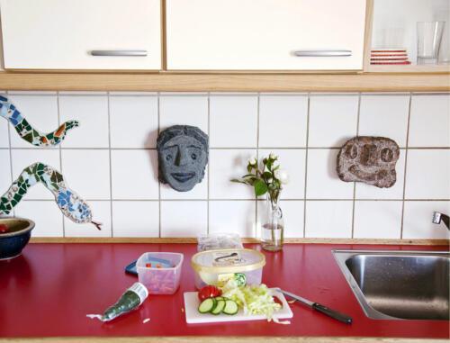 Køkken med kvinde og småkage-snapper